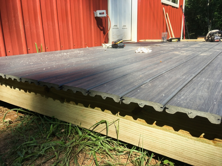 deck with unframed scalloped Trex edges