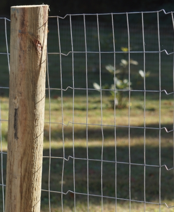 welded wire fence with crimping to tighten the wire
